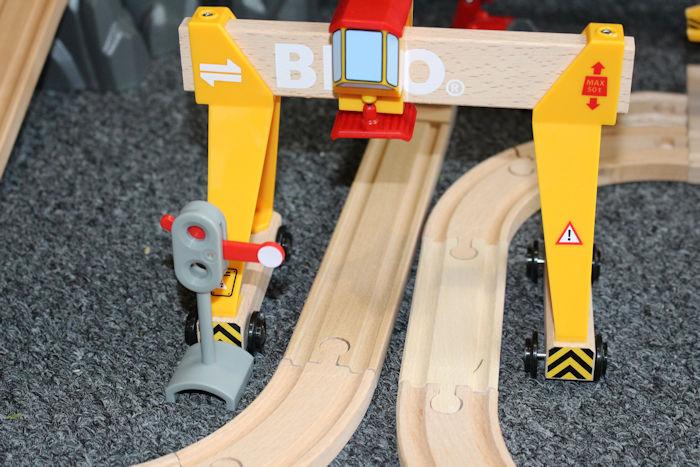 Brio Cargo Railway Duluxe Set crane 2